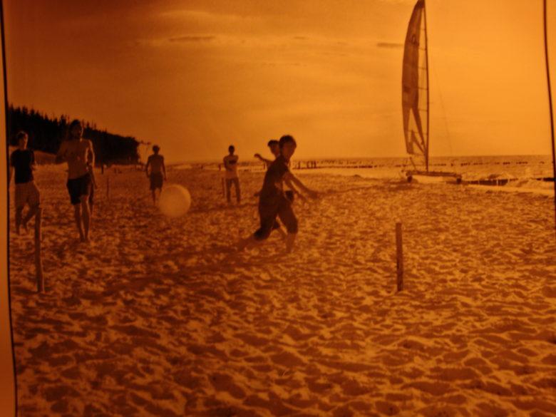 (海外ボランティア時にビーチでサッカーをしたときのピンボケ写真です。)