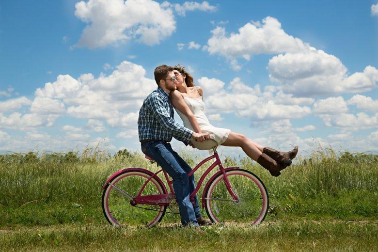 (自転車に乗っているカップルの写真です)